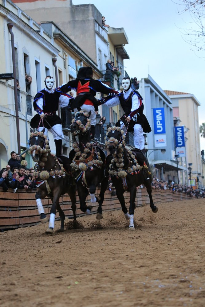 Acrobatic stunts from the saddle
