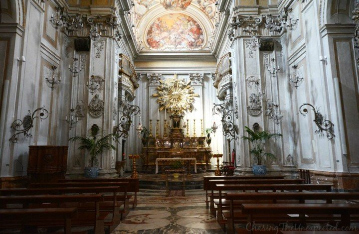 Exploring Catania between chivalry and charming decay